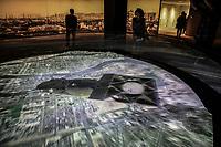 people looking at th evideo simulation of th elaunch of the bomb  Simulazione video del lancio della bomba A