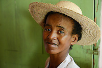 MADAGASCAR, village AMBOHITSARA, tribe ANTAMBAHOAKA, woman with straw hat / MADAGASKAR, Mananjary, Dorf AMBOHITSARA am canal des Pangalanes, Volksgruppe ANTAMBAHOAKA , Frau mit Strohhut