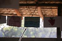 """Cerimônia do Kwarup na aldeia Kamaiurá, no Parque indígena Xingu.<br /> <br /> O Kwarup (nome do ritual na língua kamaiurá) é considerado o grande emblema do Alto Xingu e trata-se de uma cerimônia funerária, que envolve mitos de criação da humanidade, a classificação hierárquica nos grupos, a iniciação das jovens e as relações entre as aldeias. Ao longo dos meses que se seguem até o encerramento ocorrem, não necessariamente todos os dias, dois tipos de danças e o toque de longas flautas (uruá, na língua dos Kamaiurá), sempre retribuídos com oferecimento de alimentos pelos """"donos"""" do Kwarup. O foco de orientação dessas atividades rituais é"""