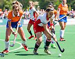 BLOEMENDAAL - Lisa Lejeune (Bldaal) met Erin McCrudden (MOP) tijdens de tweede Play Out wedstrijd hockey dames, Bloemendaal-MOP (5-1)  COPYRIGHT KOEN SUYK