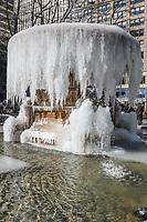 NOVA YORK, EUA, 31.01.2019 - CLIMA-EUA - Fonte do Bryant Park é vista congelada devido as baixas temperaturas no momento do registro os termómetros marca -12 graus celsius com sensação térmica de - 20 na Ilha de Manhattan em Nova York nos Estados Unidos nesta quinta-feira, 31. (Foto: Vanessa Carvalho / Brazil Photo Press)