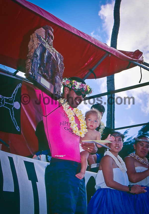 Sunny Garcia (HAW) with his son Stone after winning the 1993 Hawaiian Triple Crwon Title: Photo joliphotos.com
