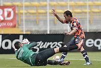 BOGOTÁ -COLOMBIA, 25-08-2013. Diego Novoa (I) de Equidad disputa el balón con Juan David Pérez (D) del Chico durante partido válido por la sexta fecha de la Liga Postobón 2013-1 jugado en el estadio de Techo de la ciudad de Bogotá./ Equidad Player Diegop Novoa (L) fights for the ball with Chico player Juan David Pérez (R) during match valid for the 6th date of the Postobon  League II 2013 played at Techo stadium in Bogotá city. Photo: VizzorImage/Gabriel Aponte/STR
