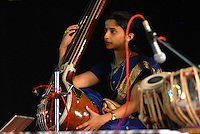 INDIA Karnataka, classical indian music , concert with famous Tabla player Ustad Zakir Hussain, woman with Sitar / INDIEN Karnataka, klassische indische Musik , Konzert mit Tabla Spieler Ustad Zakir Hussain