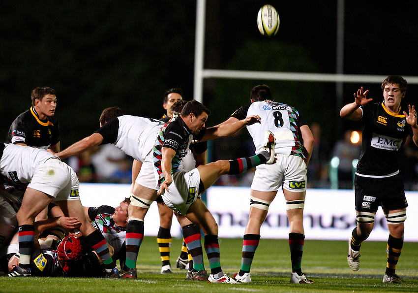 Photo: Richard Lane/Richard Lane Photography. London Wasps v Harlequins. LV= Cup. 30/01/2011. Quisn' Karl Dickson kicks.