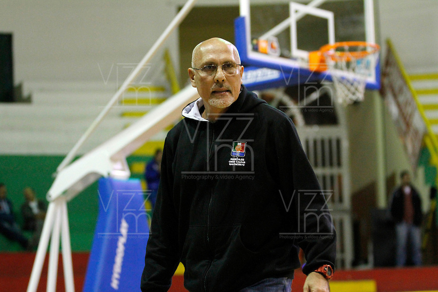 MANIZALEZ -COLOMBIA-17-05-2013. Guillermo Moreno técnico de Once Caldas da instrucciones durante partido contra Águilas en la fecha 17 fase II de la  Liga DirecTV de baloncesto Profesional de Colombia realizado en el coliseo Municipal de Caldas./ Once Caldas coach Guillermo Moreno gives directions during match against Aguilas on the 17th date phase II of  DirecTV professional basketball League in Colombia at Caldas Municipal coliseum in Manizales. Photo: VizzorImage/Yonboni/STR