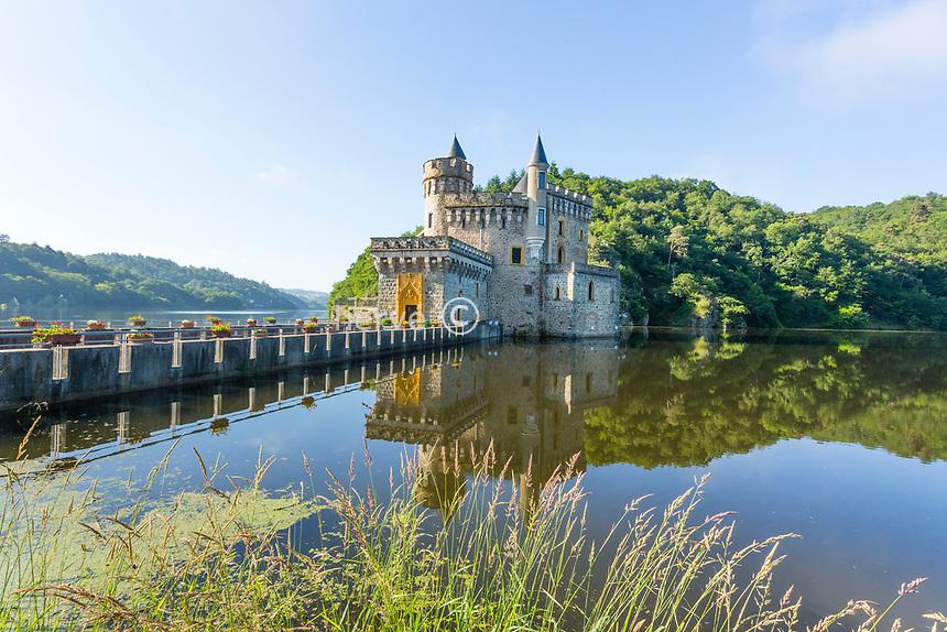France, Loire (42), Saint-Priest-la-Roche, Château de La Roche sur la Loire et lac de Villarest