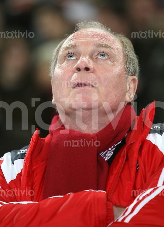 FUSSBALL     1. BUNDESLIGA/DFB POKAL     SAISON 2007/2008 Manager Uli HOENESS (FC Bayern Muenchen) blickt nach oben