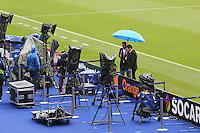 Letzte Vorbereitungen für die TV Übertragung im Regen von Paris - EM 2016: Italien vs. Spanien, Stade de France, Achtelfinale