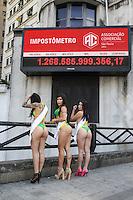 SÃO PAULO, SP, 19.08.2015 - MISS-BUMBUM - Candidatas ao concurso de Miss bumbum posam para fotos, em frente ao prédio do Banespa na região central de São Paulo nesta quarta-feira, 19. (Foto: Marcos Moraes/Brazil Photo Press)