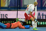 ENG - London, England, August 27: During the shoot-out at the men semi-final match between Germany (black) and England (white) on August 27, 2015 at Lee Valley Hockey and Tennis Centre, Queen Elizabeth Olympic Park in London, England. Final score 2-2 (3-2 SO). (Photo by Dirk Markgraf / www.265-images.com) *** Local caption *** Nick CATLIN #26 of England, Nicolas JACOBI (GK) #1 of Germany