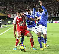 BOGOTA - COLOMBIA - 19 -06 -2013: Juan Roa  (Izq) jugador del Independiente Santa Fe , disputa el balón con Luis Mosquera (Der) de Millonarios   durante partido en el estadio Nemesio Camacho El Campín   de la ciudad de Bogotá , junio 19  de 2013. partido correspondiente a la segunda fecha de los  cuadrangulares semifinales F 1 de la Liga Postobon I. (Foto: VizzorImage / Felipe Caicedo / Staff). BOGOTA - COLOMBIA - 19 -06 -2013: Juan Roa (Left) player Independiente Santa Fe, fights for the ball with Luis Mosquera (Right) Millionaires during party in the stadium Nemesio Camacho El Campin in Bogota, June 19, 2013. game for the second date of the quadrangular semifinals F 1 Postobon League I. <br /> VizzorImage / Felipe Caicedo / Staff