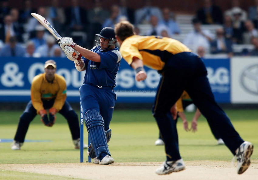 Photo: Glyn Thomas..Hampshire v Warwickshire. C&G Trophy Final..03/09/2005..Warwickshire's Neil Carter hits out.