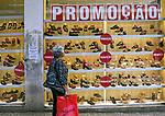 Loja de sapatos em promoçao no centro de Sao Paulo. 2018. © Juca Martins.
