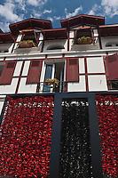 Europe/France/Aquitaine/64/Pyrénées-Atlantiques/Pays-Basque/Saint-Jean-de-Luz: Place Louis XIV, Façade de la Pâtisserie Adam décorée avec des Pimentsd'Espelette factices