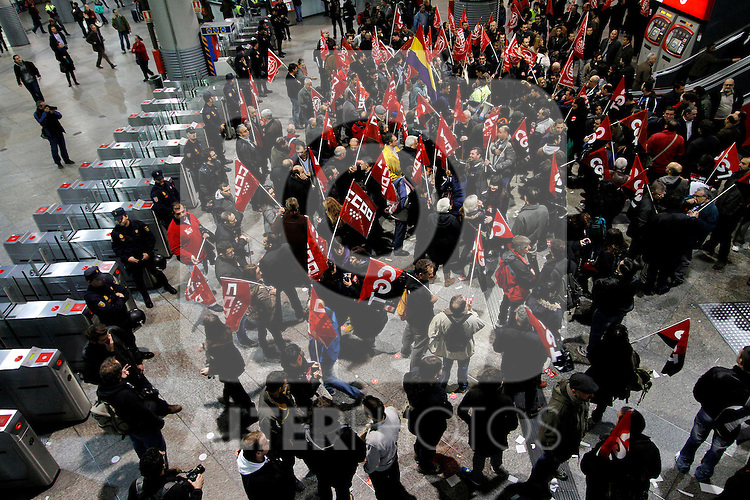 European General Strike.Protesters and trade unionists in the Atocha train station dunring the strike in Spain.November 14,2012. (ALTERPHOTOS/Carlos Rojo)