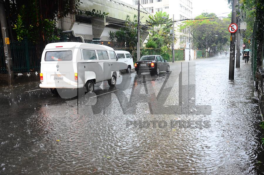 RIO DE JANEIRO, RJ, 11.12.2013 - CHUVA / RJ -  Movimentação na rua Ibituruna, na manhã desta quarta-feira (11) com muita chuva no rio de janeiro, no maracanã, zona norte da cidade do Rio de Janeiro. (Foto: Marcelo Fonseca / Brazil Photo Press).