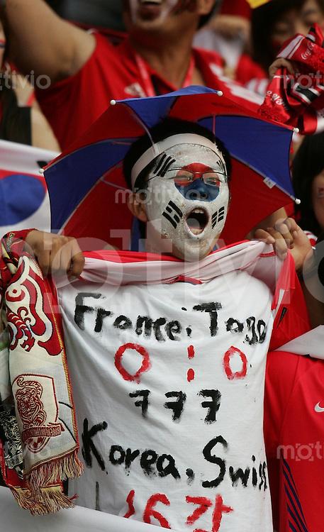 Fussball WM 2006  Gruppenspiel  Vorrunde Gruppe G  Schweiz - Sued Korea ; Switzerland - Korea Republic  Koreanische Fans feiern ausgelassen vor dem Spiel
