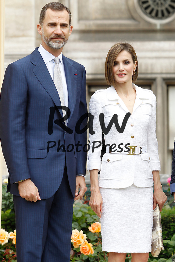 Los Reyes, Don Felipe y Do&ntilde;a Letizia, han inaugurado el Jard&iacute;n de los Combatientes de La Nueve en el Ayuntamiento de Par&iacute;s.<br /> <br /> King Felipe and Queen Letizia have attended, along with Paris Mayor Anne Hidalgo, the opening of Jardin des Combattants de La Nueve at Paris Townhouse in Paris on June 3rd, 2015.