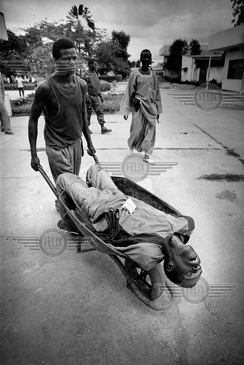 Body found on the street in Brazzaville is taken to the morgue at Makelekele Hospital. As many as 10 000 people were killed in the war. Congo Brazzaville, Dec 1997...© Martin Adler/Panos Pictures