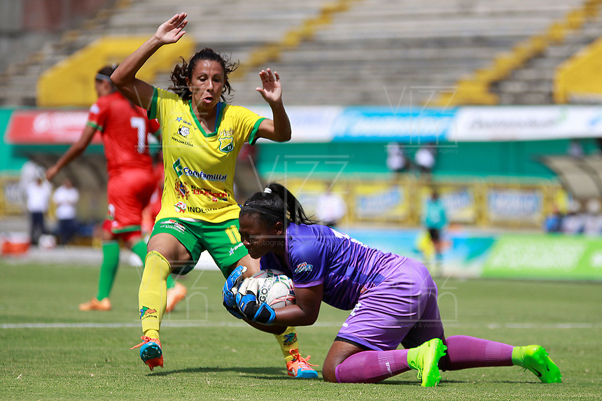 NEIVA, COLOMBIA, 03-06-2017: Mercedes Pereyra (Izq) del Atlético Huila disputa el balón con Angie Mina (Der) arquera del Cortulua durante partido de ida por la semifinal de la Liga Femenina Águila 2017 jugado en el estadio Guillermo Plazas Alcid de la ciudad de Neiva. / Mercedes Pereyra (L) player of Atletico Huila fights for the ball with Angie Mina (R) goalkeeper of Cortulua during first leg match for the semifinal of the Aguila Women League 2017 played at Guillermo Plazas Alcid in Neiva city. VizzorImage / Sergio Reyes / Cont