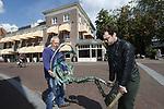 """Foto: VidiPhoto<br /> <br /> WAGENINGEN – Wageningen heeft er een vrijheidsmonument bij. In hotel De Wereld, waar op 5 mei 1945 in aanwezigheid van prins Bernhard de Duitse overgave werd getekend, werd maandag door vertegenwoordigers van de stichting Jits Bakker Collectie het beeld """"De Parachutist"""" geplaatst. Tot na 5 mei 2020, als het 75 jaar is geleden dat de Duitse bezetter capituleerde, blijft het 150 kg. zware bevrijdingsbeeld in de hal van het hotel staan. Het beeld is in 1994 vervaardigd door de vermaarde beeldend kunstenaar Jits Bakker, die op 5 juni 2014 overleed. Het symboliseert een landende parachutist. Bakker woonde ten tijde van de Slag om Arnhem in Renkum en zag vanuit zijn zolderraam de Britse para's landen in september 1944. Hij vervaardigde diverse vrijheidsbeelden, mede om zijn oorlogstrauma's te verwerken. Zijn vader was verzetsstrijder en werd door de Duitse gefusilleerd. Een replica van het kunstwerk is in bezit van de Britse prins Charles."""