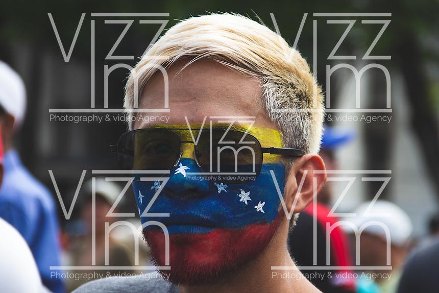 CARACAS - VENEZUELA, 04-03-2019: Un hombre con la bandera de Venezuela pinta en su rostro celebran el regreso de Juan Guaidó, presidente interino de Venezuela, quien arribó a la nación a través del aeropuerto internacional de Maiquetía este 4 de marzo. En caravana se trasladó hasta la plaza Alfredo Sadel en Las Mercedes, donde cientos de manifestantes lo esperaban. Allí agradeció a su esposa por acompañarlo durante la travesía, y enfatizó que los militares no cumplieron la orden de detenerlo. Es una operación secreta Guaidó logró viajar de Panamá a Venezuela sin inconvenientes. / A man with Venezuelan flaf paint in his face celebrates the return of Juan Guaidó, interim president of Venezuela, who arrived to the nation through the Maiquetia international airport on March 4. In caravan, he moved to Alfredo Sadel Square in Las Mercedes, Caracas, where hundreds of protesters were waiting for him. There he thanked his wife for accompanying him during the crossing, and emphasized that the military did not comply with the order to arrest him. It is a secret operation. Guaido travel from Panama to Venezuela without problems. Photo: VizzorImage / Carolain Caraballo / Cont