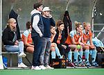 HUIZEN  -   Ben Howarth  en  coach Julian Steen (Gro), hoofdklasse competitiewedstrijd hockey dames, Huizen-Groningen (1-1)   COPYRIGHT  KOEN SUYK