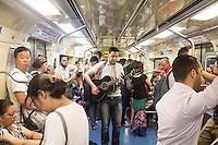 S&Atilde;O PAULO, SP, 22.02.2017 - CENA-DIA - <br /> Jovem m&uacute;sico chamam a aten&ccedil;&atilde;o de usu&aacute;rios do metr&ocirc; da linha azul nesta quarta-feira em S&atilde;o Paulo. <br /> (Foto: Danilo Fernandes/Brazil Photo Press)