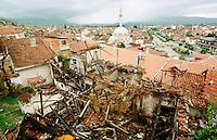 Von Kosovo-Albanern aus Rache niedergebranntes Haus einer serbischen Familie in Prizren. Die meissten niedergebrannten Haeuser in Prizren wurden von Kosovo-Albanern nach dem Einmarsch der KFOR angezuendet. In weiten Teilen des Kosovo verhaelt es sich genau umgekehrt.<br /> Prizren/Jugoslawien, 30.7.1999<br /> Copyright: Christian-Ditsch.de<br /> [Inhaltsveraendernde Manipulation des Fotos nur nach ausdruecklicher Genehmigung des Fotografen. Vereinbarungen ueber Abtretung von Persoenlichkeitsrechten/Model Release der abgebildeten Person/Personen liegen nicht vor. NO MODEL RELEASE! Don't publish without copyright Christian-Ditsch.de, Veroeffentlichung nur mit Fotografennennung, sowie gegen Honorar, MwSt. und Beleg. Konto: I N G - D i B a, IBAN DE58500105175400192269, BIC INGDDEFFXXX, Kontakt: post@christian-ditsch.de<br /> Urhebervermerk wird gemaess Paragraph 13 UHG verlangt.]