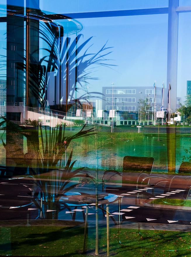 Nederland, Utrecht, 8 nov  2009.Entree van kantoorgebouw met zitje. Foto door ramen gemaakt, met reflecties van buiten..Foto (c) Michiel Wijnbergh
