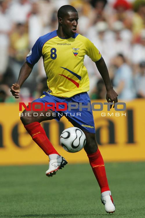 FIFA WM 2006 -  Gruppe A  Vorrunde ( Group A )<br /> Play   #33 (20-Jun) - Ecuador - Deutschland 0:3<br /> <br /> Edison Mendez von Ecuador in Einzel Aktion.<br /> Edison Mendez stoppt den Ball.<br /> <br /> Foto &copy; nordphoto
