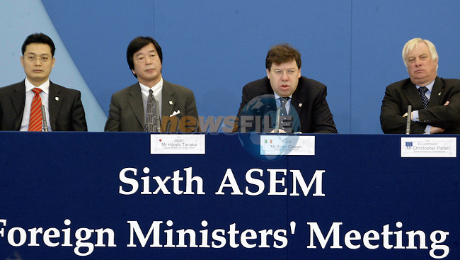 Japan Deputy Foreign minister,Hitochi Tanaka (L) ,irish Foreign minister ,current Chairman of the Council (C) and EU Commissioner for External Relation ,british Chris PAtten (R),and Nguyen Trung Thanh Deputy Foreign minister of Vietnam give a joint press conference at the end of the 6th ASEM Foreign ministers'meeting in Straffan (Ireland) 18 april 2004. AFP PHOTO GERARD CERLES