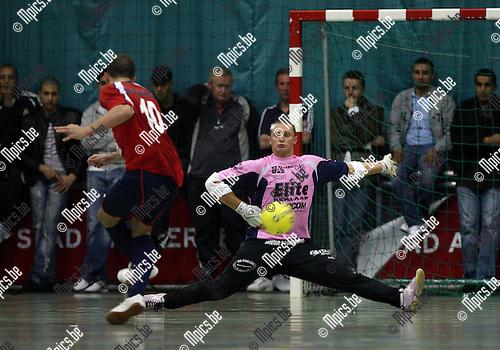 2007-05-20 / Futsal / Antwerpen - Brussels: Keeper David Morant van Antwerpen met een mooie safe op het schot van Guimaraes de Castro