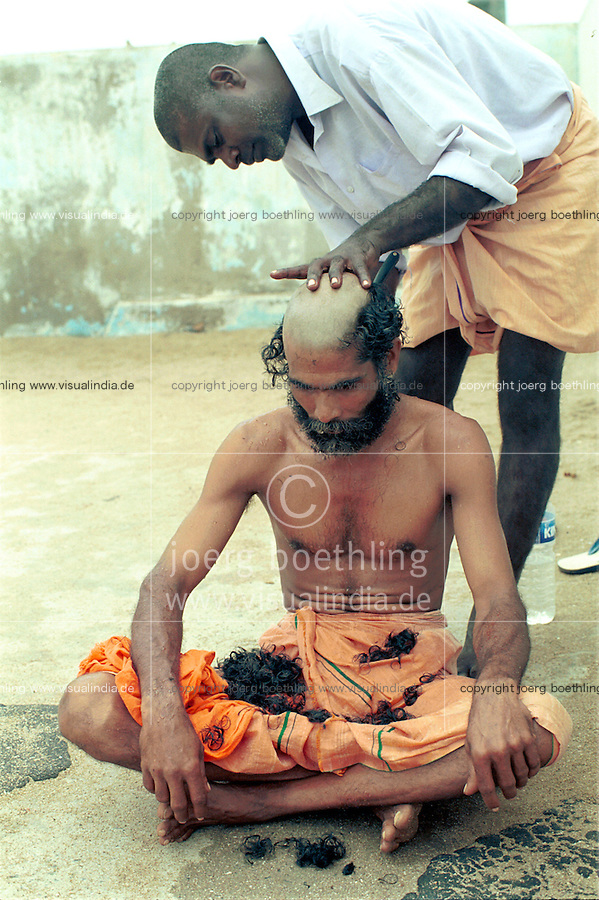 INDIA Tamil Nadu, Cape Comorin, Kanyakumari, holy place for Hindus, pilgrims at ritual head shaving before bath in the sea at morning / INDIEN Tamil Nadu, Kap Komorin, Kanyakumari, heiliger Ort fuer Hindus, Hindu Pilger bei ritueller Rasur vor morgendlichen Bad im Meer an der Suedspitze Indiens