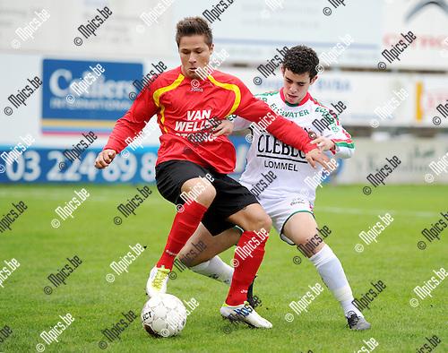 2011-10-30 / Seizoen 2011-2012 / Voetbal / R Kapellen FC - KESK Leopoldsburg / Duel tussen Yens Peeters van Kapellen en zijn belager van Leopoldsburg..Foto: mpics