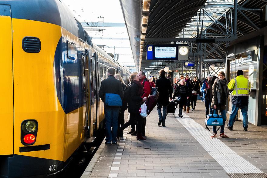 Nederland, Amersfoort, 11 jan 2014<br /> NS station Amersfoort. Trein is net gestopt, in en uitstappende passagiers.<br /> <br /> Foto: Michiel Wijnbergh