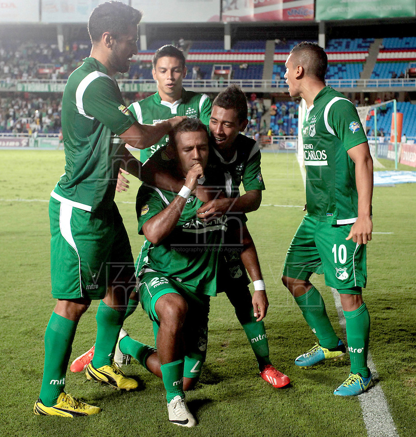 CALI -COLOMBIA-26-10-2013. Alvaro Domínguez (C) del Deportivo Cali celebra un gol en contra de La Equidad durante partido válido por la fecha 16 de la Liga Postobón II 2013 jugado en el estadio Pascual Guerrero de la ciudad de Cali./ Deportivo Cali player Alvaro Dominguez (C) celebrates a goal with his mates against La Equidad during match valid for the 16th date of Postobon League II 2013 played at Pascual Guerrero stadium in  Cali city.Photo: VizzorImage/Juan C. Quintero/STR