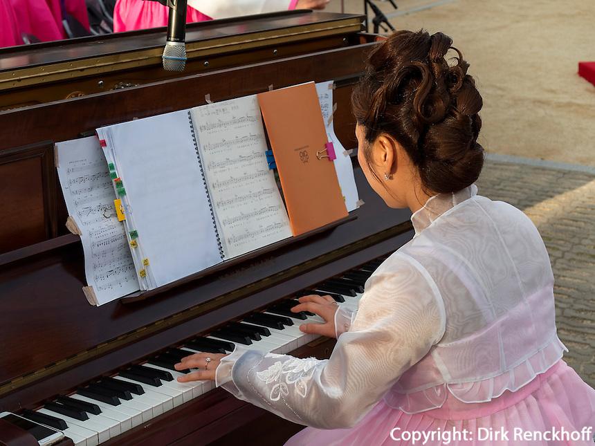 Musik bei Feier zu Buddha's Geburtstag, Andong, Provinz Gyeongsangbuk-do, S&uuml;dkorea, Asien<br /> music at celebrations for Buddha's birthday  in Andong,  province Gyeongsangbuk-do, South Korea, Asia