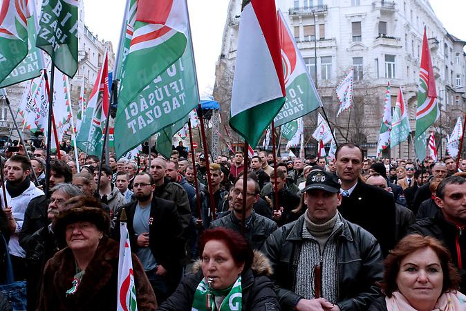 Teilnehmer einer Jobbik Veranstaltung,alternativ zur Fidesz Kundgebung am 15.03. in Budapest.<br /><br />Jobbik hat vor der Wahl einige Positionen ver&auml;ndert um Stimmen gegen Orban zu gewinnen. Sie ist aber traditionell eine rechtsradikale Partei mit rassistischen und Antisemitischen Positionen. Sie hat gute Chancen bei der Wahl am 08.04. mehr Stimmen zu gewinnen als bei der letzten Wahl und damit Fidesz die zwei drittel Mehrheit zu nehmen.