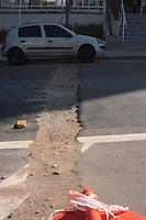 SAO PAULO, SP, 12.09.2013 - BURACO EM VIA PUBLICA - Um buraco aberto na Rua Bom Pastor no bairro do Ipiranga pela Companhia de Telefones Vivo que não realizou o fechamento correto e esta causando transtorno na regiao para motoristas. (Foto: Carlos Pessuto/Brazil Photo Press)