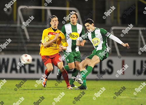 2011-03-19 / Voetbal / seizoen 2010-2011 / Racing Mechelen - Duffel / Jarich Dewoyer met Emmanuel Spinelli (r, RCM)..Foto: Mpics