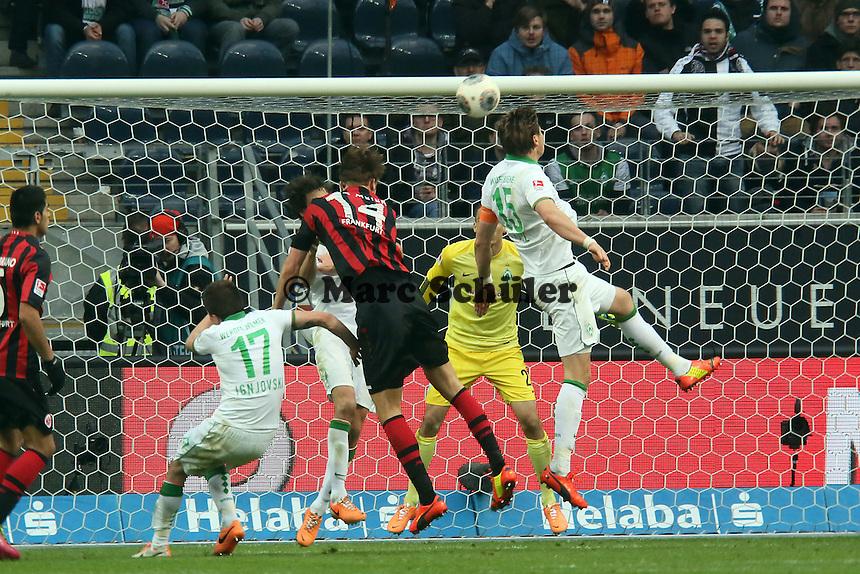 Kopfball von Alex Meier (Eintracht) gegen Sebastian Proedl (Werder) - Eintracht Frankfurt vs. SV Werder Bremen