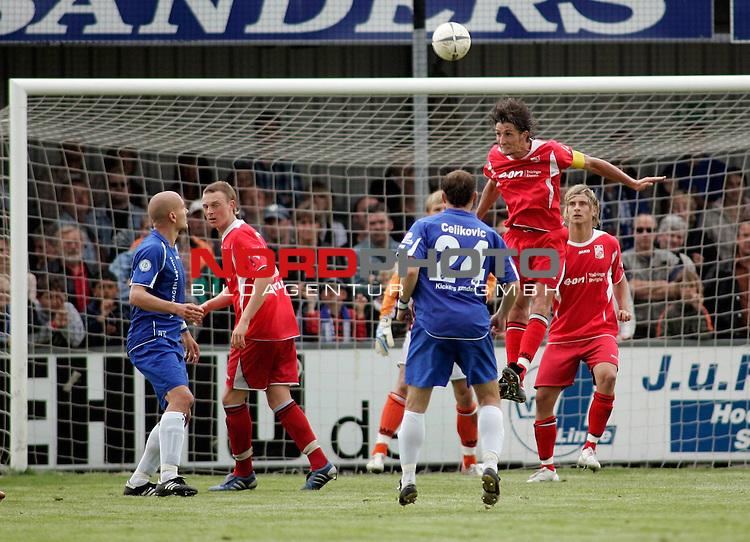 RLN 2006/2007 - 35.Spieltag RŁckrunde <br /> <br /> Kickers Emden - FC Rot-WeiŖ Erfurt<br /> <br /> Kopfball Ronny Hebestreit - davor: Nermin Celicovic (Kickers)<br /> <br /> <br /> <br /> Foto &copy; nordphoto *** Local Caption *** Foto ist honorarpflichtig! zzgl. gesetzl. MwSt.<br /> <br /> <br /> <br /> Belegexemplar erforderlich