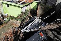SAO PAULO, SP, 10 MARÇO 2013 - CARRO CAI EM RESIDENCIA - Um carro caiu dentro de uma Residensia na Rua Morapena na Vila Prudente apos o desmoronamento do murro de arrimo (FOTO: ADRIANO LIMA / BRAZIL PHOTO PRESS).