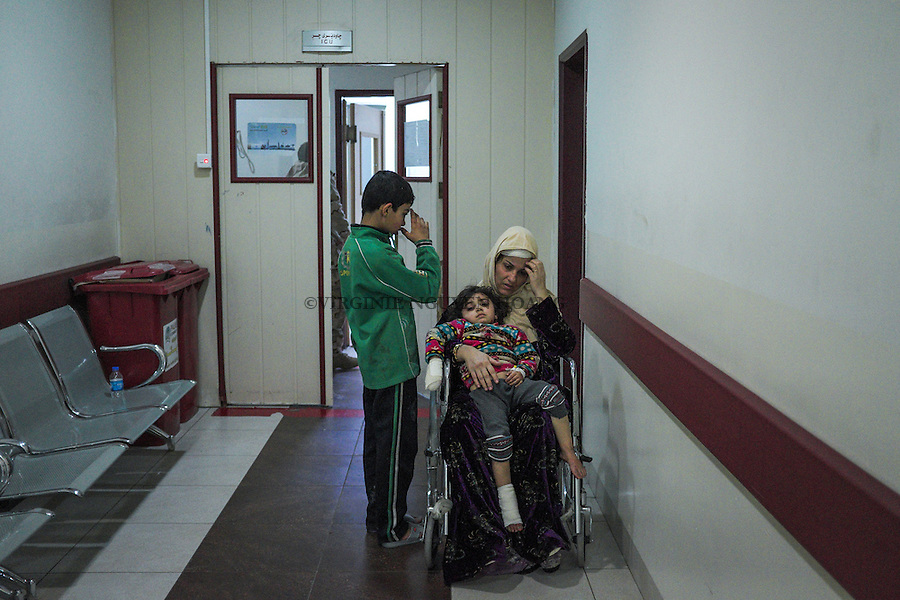 IRAK, Erbil: Ashraf, 13 years old, is standing next to his mother next to the intensive care service of the Emergency Hospital of Erbil. Ashraf has been injured by a suicide bombing attack of Daesh in his neighbourhood of Mosul. With him, his parents and his six sisters, all injured whose 2 are now in intensive cares for serious injuries at the head, eyes and face... They are all alive but, beside the phsysical wounds, seriously affected on the psychological side...14th December 2016. <br /> <br /> IRAK, Erbil: Ashraf, 13 ans, est debout &agrave; c&ocirc;t&eacute; de sa m&egrave;re avant &agrave; cot&eacute; du service de soins intensifs de l'h&ocirc;pital d'urgence d'Erbil. Ashraf a &eacute;t&eacute; bless&eacute; par une attaque suicide de Daesh dans son quartier de Mossoul. Avec lui, ses parents et ses six s&oelig;urs, tous bless&eacute;s dont  2 sont maintenant en soins intensifs pour des blessures graves &agrave; la t&ecirc;te, aux yeux et au visage ... Ils sont tous vivants, mais &agrave; c&ocirc;t&eacute; des blessures physiques, s&eacute;rieusement affect&eacute;s au niveau psychologique. Le 14 ​​d&eacute;cembre 2016