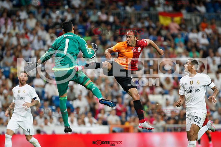 Real Madrid´s goalkeeper Keylor Navas (L) and Galatasaray´s Umut Bulut during Santiago Bernabeu Trophy match at Santiago Bernabeu stadium in Madrid, Spain. August 18, 2015. (ALTERPHOTOS/Victor Blanco)