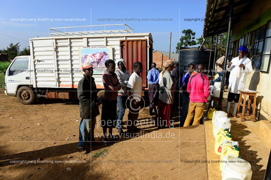 KENYA, County Bungoma, village Tongaren, NADAFA Naitiri Dairy Farmers Co-op Society Ltd., dairy, sale of milk / KENIA, NADAFA Molkerei, Verkauf von frischer Milch