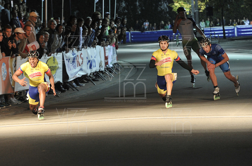 OOSTENDE – BELGICA – 28-08-2013: Sebastian Arce (Izq.),   patinador de Colombia gana medalla de oro en la prueba de los 500 metros sprint en el patinodromo Mundialista Track en Oostende,  Belgica, agosto 28 de 2013. (Foto: VizzorImage / Luis Ramirez / Staff).  Sebastian Arce (L), Colombia skater, wins  the golden medal in the testing of the 500 meters sprint in the Mundialist Track in Oostende, Belgium, August 28, 2013. (Photo: VizzorImage / Luis Ramirez / Staff).