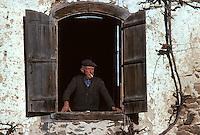 Europe/France/Midi-Pyrénées/09/Ariège/Vallée de l'Ariège/Serres-sur-Arget: Marius Subra, paysan ariégeois à sa fenêtre<br /> PHOTO D'ARCHIVES // ARCHIVAL IMAGES<br /> FRANCE 1980